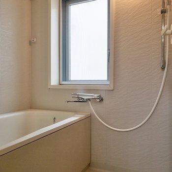 大きな窓つきで明るいお風呂です。