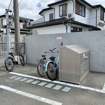 駐輪場はゴミ捨て場の裏手にありますよ。