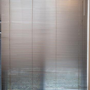 【LDK】どちらの窓もブラインドでしっかり目隠しできますよ。