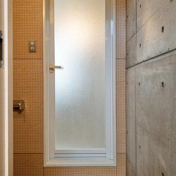 開けてすぐ、お風呂が見えます。その横に…