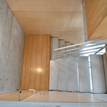 【洋室】見下ろすとこんな感じ。次は踊り場にあるサニタリーへ。