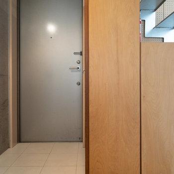 玄関と廊下はフラットな造り。マットで仕切ると良さそうです。