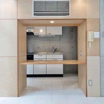 【LDK】カウンターの奥にキッチンが見えます。