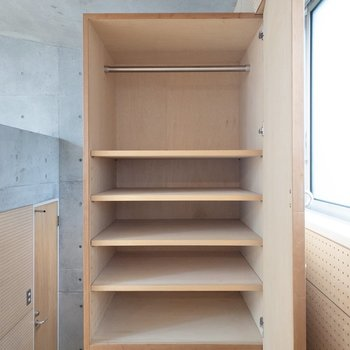 【洋室】高さを変えることができそうな収納です。