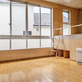 【洋室】洋室も窓が大きい!