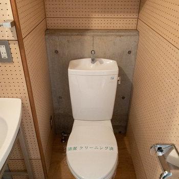 トイレがあります。棚つきで便利ですね。