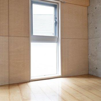 【洋室】お昼寝スペースなんかに良さそうなちょうど良い広さ。