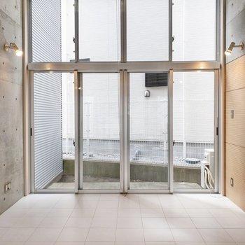 【LDK】テラス側の窓は壁一面!天井も高いです。