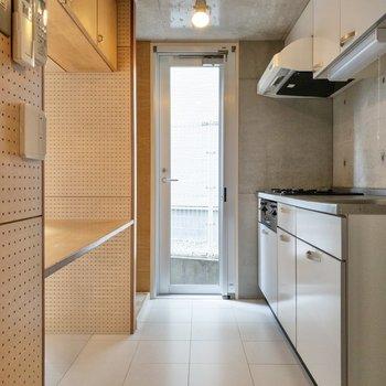 【LDK】キッチンも光が入り、明るい印象です。