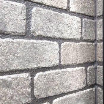 サイドのレンガ柄の壁は、共用部と同じように凹凸がしっかりと。