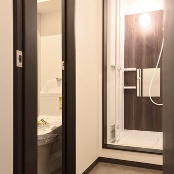 脱衣所の中にトイレ。扉は付いているので安心です。
