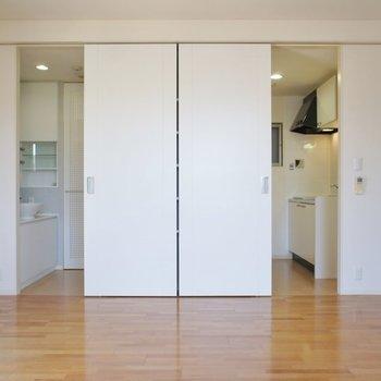 扉を開けるとキッチン・水廻りが登場~!※写真は同タイプの別室。