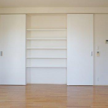 収納棚には雑貨等をお洒落にディスプレイしちゃいましょう♪※写真は同タイプの別室。