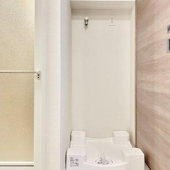 お風呂場の横に洗濯機を置けるので動線◎ですね。