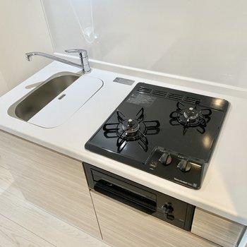コンロは2口です。シンクボードのおかげで調理スペースも確保。