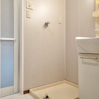 洗面台脇は洗濯機置き場。動線がしっかりしていますよね。