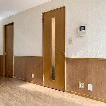 【LDK】手前の扉を開いて、階段を上ります。
