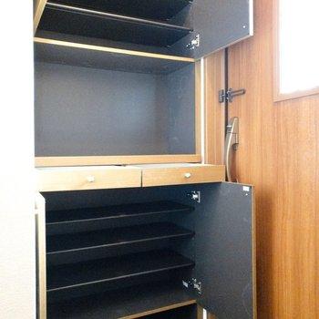 上下にしまえるシューズボックス。中段に引き出しには鍵などをしまえます。