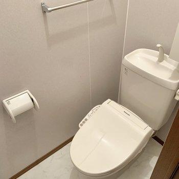 こちらはトイレになっていました。温水洗浄機能付きでした。