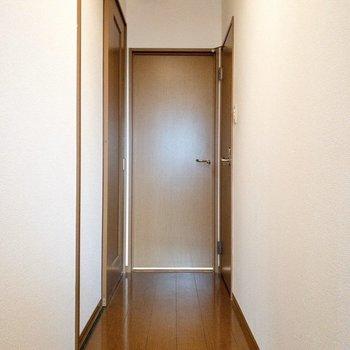 1階にもどり廊下を1枚。まずは右の扉を開けましょう。