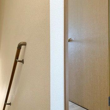 階段を壁で隔ててもう一つの洋室が。