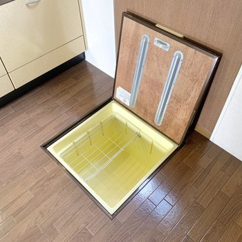 【LDK】床下収納がありました。保存食品などはこちらへ。