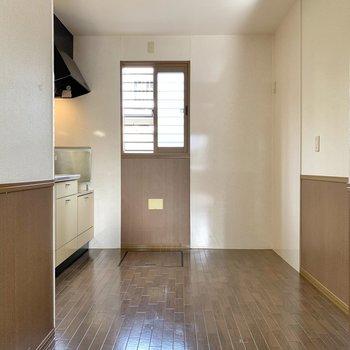 【LDK】キッチンは小窓付き。換気が捗ります。