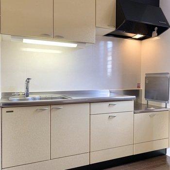 【LDK】ワイドなクリーム色のキッチン。