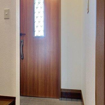 脱衣所からまっすぐ直進すると玄関に。