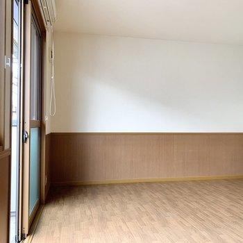 【洋室9.25帖】こちらを寝室にすると広々使えそうです......迷いますね。
