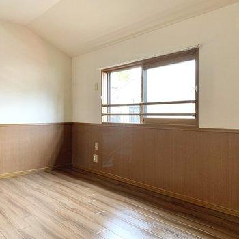 【洋室7.5帖】北東向きのお部屋ですが、光が差し込む空間です。