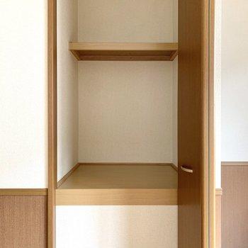 【洋室9.25帖】物入れは作業台にもなりそうな背丈の高さでした。