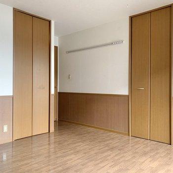 【洋室9.25帖】このお部屋に収納は2つあります。まずは左側のものから。