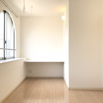 こちらは洋室。あの奥はデスクにしてもいいなぁ(※写真は8階の同間取り別部屋のものです)