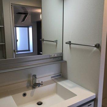 スタイリッシュな洗面台(※写真は8階の同間取り別部屋のものです)