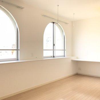 アーチ型の窓がかわいい◎(※写真は8階の同間取り別部屋のものです)
