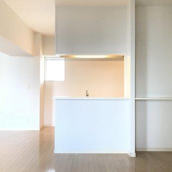キッチンからリビングが一目瞭然!(※写真は8階の同間取り別部屋のものです)