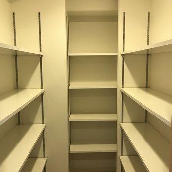 シューズボックスかと思いきや、玄関にこんなに広い収納スペース!(※写真は8階の同間取り別部屋のものです)