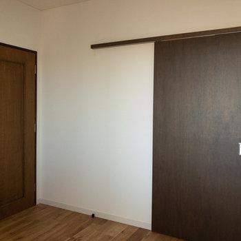 【洋室】ダブルサイズのベッドも置ける広さ。