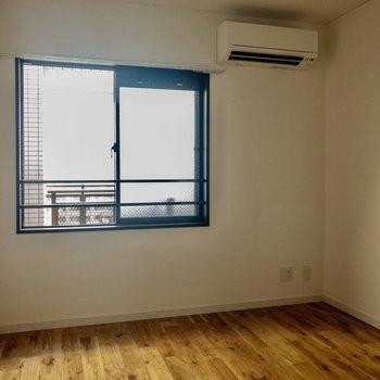 【洋室】こちらのお部屋にも窓があります。