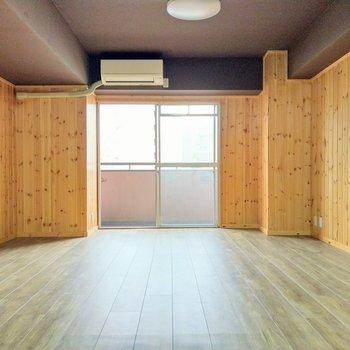 チャコールグレーの天井も素敵。エアコンも付いてます!