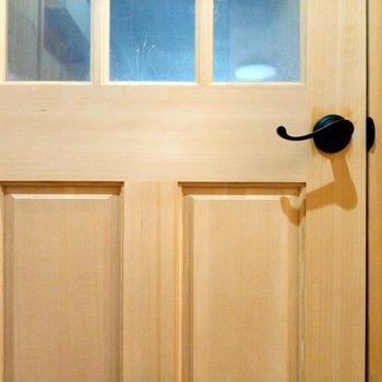 扉の取っ手がくるん!しっぽみたいでかわいい♪