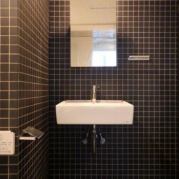 ブラックのタイルと白い洗面ボールが相性◎!※写真は同間取り別部屋のものです。