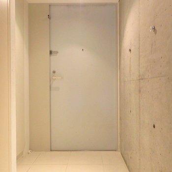 玄関にはちょっぴり段差があるので気を付けてください!! ※写真は同間取り別部屋のものです。