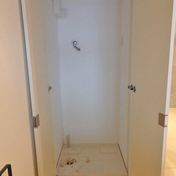 洗濯機は隠しちゃいましょう!! ※写真は同間取り別部屋のものです。