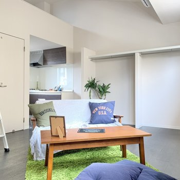 洋室は、大きな家具が置けるくらいのスペース。(※写真の家具小物は見本です)