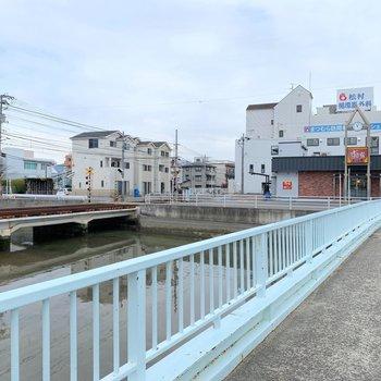 周辺には、飲食店がありました。この橋を渡った先がお部屋です。