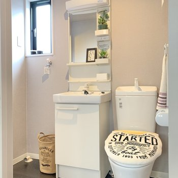 トイレは脱衣所と同空間。におい対策はこまめにしましょう。(※写真の小物は見本です)