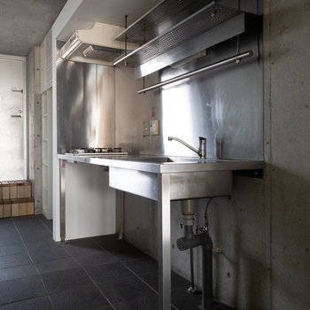 ステンレスの粋なキッチンです