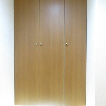 玄関には大きな靴箱にフットライト!(※写真は3階の反転間取り別部屋のものです)